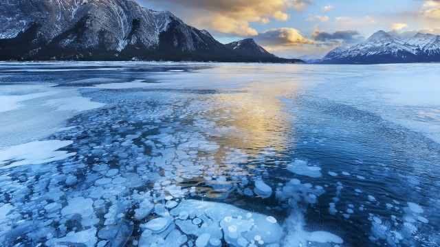 Icy-water-Winter-landscape-94103544
